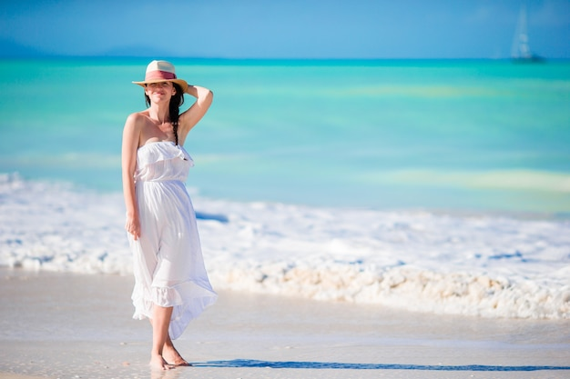 Fille caucasienne avec chapeau fond la mer