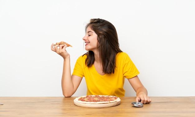 Fille caucasienne avec une pizza