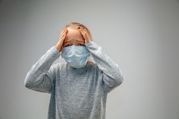 Fille caucasienne portant le fermoir de protection respiratoire contre la pollution de l'air
