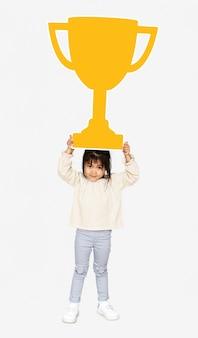 Fille célébrant le succès avec un trophée