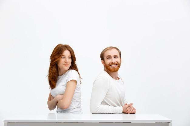 Une fille cesse de bouder, pardonne à son mari