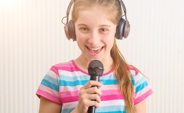 Fille chantant au studio