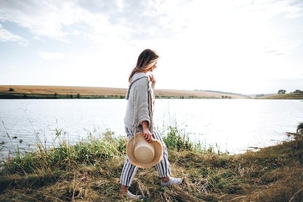 La fille avec un chapeau hipster voyage.