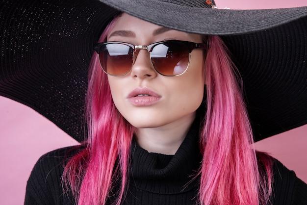 Fille chaude avec des lunettes et un chapeau