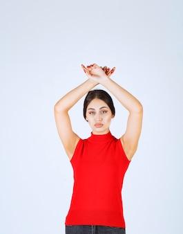 Fille en chemise rouge donnant des poses neutres, positives et attrayantes.