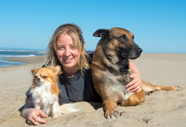 Fille et chiens sur la plage