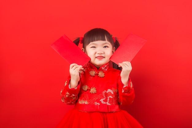 Une fille chinoise célèbre le nouvel an chinois avec une enveloppe rouge