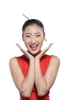 Fille chinoise en robe cheongsam