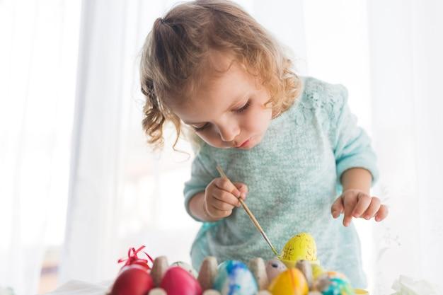 Fille ciblée à colorier l'oeuf pour pâques