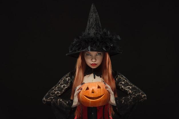 Fille à la citrouille d'halloween