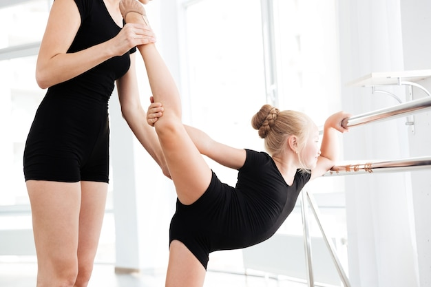 Fille en classe de ballet