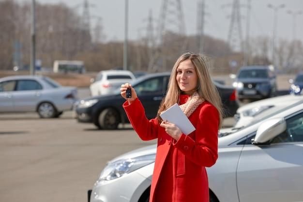 Fille avec les clés en main dans un parking