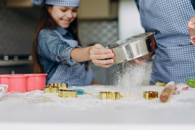 Fille closeup remuer la pâte. se concentrer sur une pâte