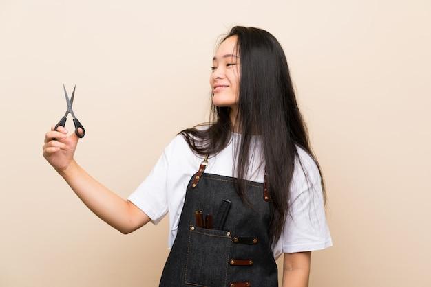 Fille de coiffeur adolescent avec une expression heureuse
