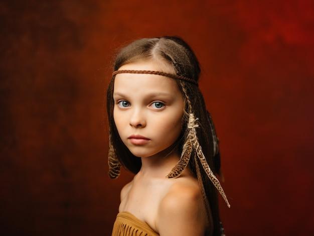 Fille avec une coiffure ethnique amérindien fond rouge apache