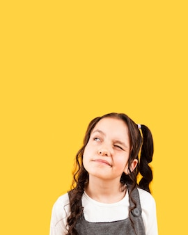 Fille avec coiffure pose