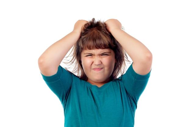 Fille en colère en tirant ses cheveux