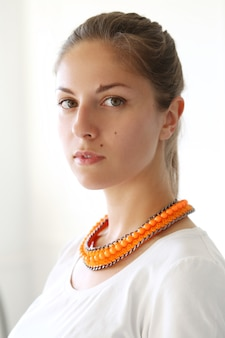 Fille avec un collier orange
