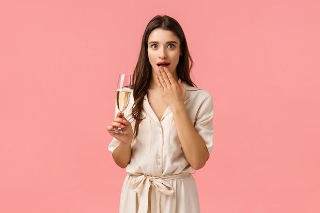 Fille commérages sur la fête avec des copines. attractive jeune femme amusée et surprise en robe