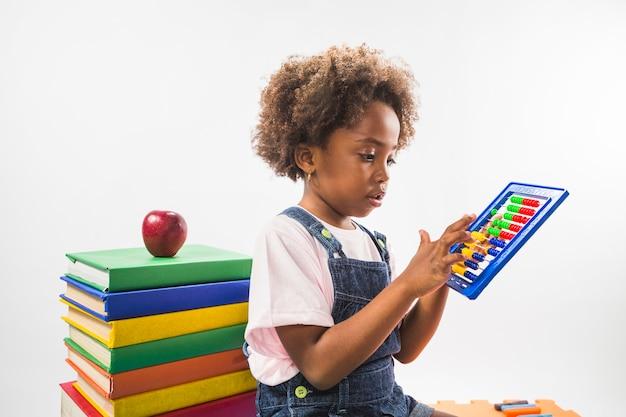 Fille comptant sur abacus en studio
