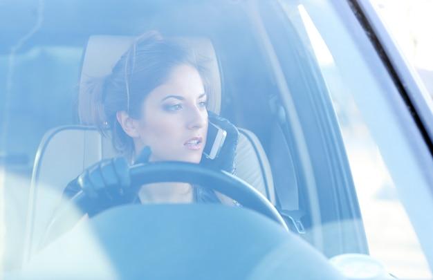 Fille cool dans la voiture