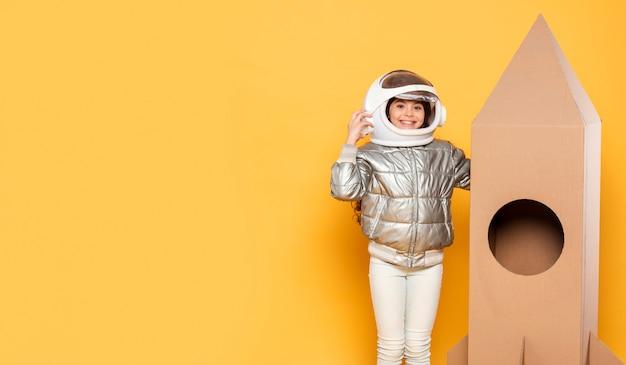 Fille de copie-espace avec costume de l'espace