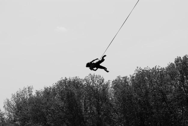 Fille sur une corde