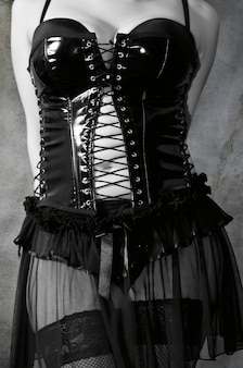 Fille en corset en cuir