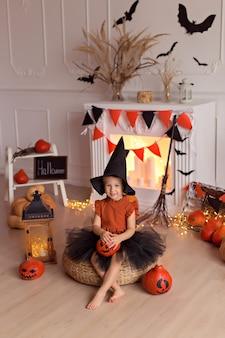 Fille en costume de sorcière halloween