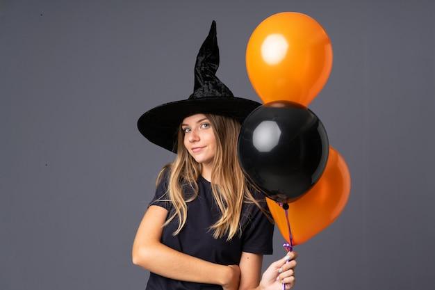 Fille avec costume de sorcière pour la fête d'halloween