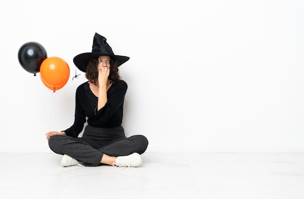 Fille avec costume de sorcière pour les fêtes d'halloween