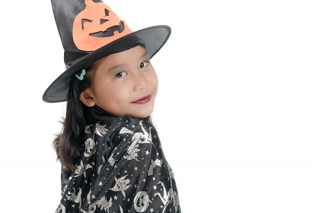Fille en costume de sorcière pour halloween isolé