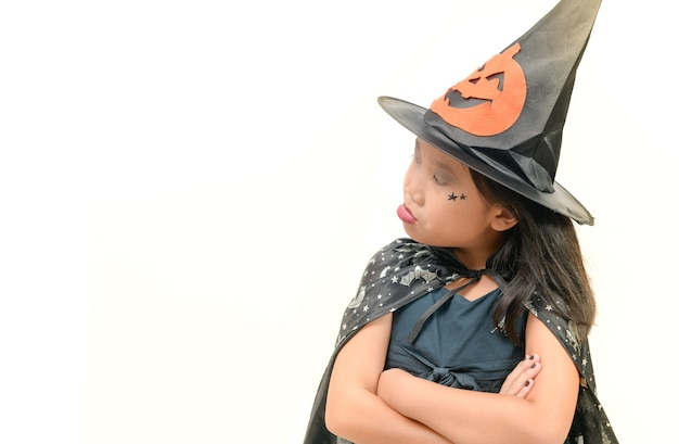 Fille en costume de sorcière rejette faire quelque chose