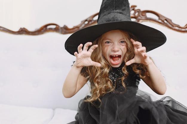 Fille en costume de sorcière
