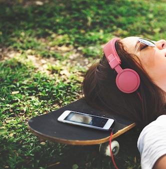 Une fille couchée dans l'herbe