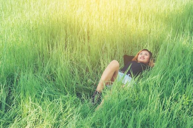 Fille couchée sur l'herbe