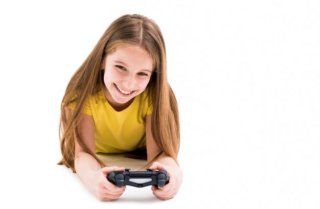 Fille couchée avec une manette de jeu, fatiguée de jouer à des jeux