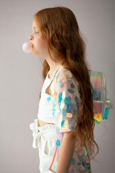 Fille de coup moyen avec du chewing-gum