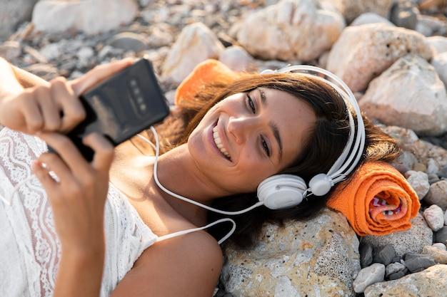 Fille de coup moyen écoutant de la musique
