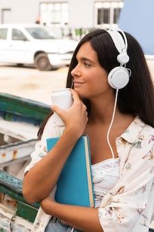 Fille de coup moyen portant des écouteurs