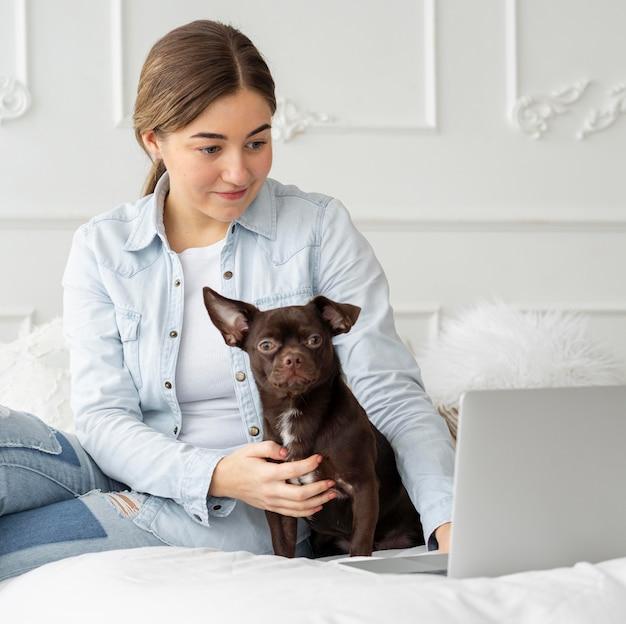 Fille de coup moyen travaillant avec un chien