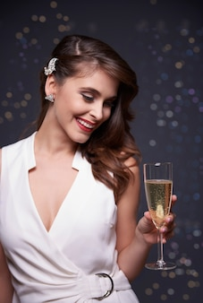 Fille avec une coupe de champagne