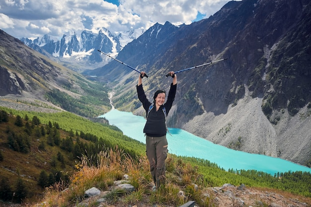 Fille courageuse conquérant les sommets des montagnes