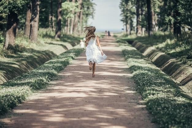 La fille court à la mer.