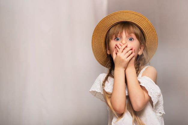 Fille Couvre Sa Bouche Avec Ses Mains Fument à L'intérieur Photo Premium