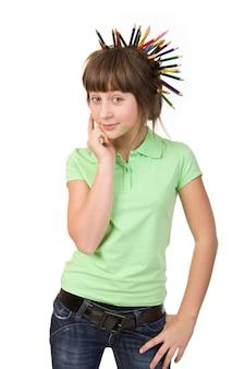 Une fille avec des crayons dans les cheveux rêve