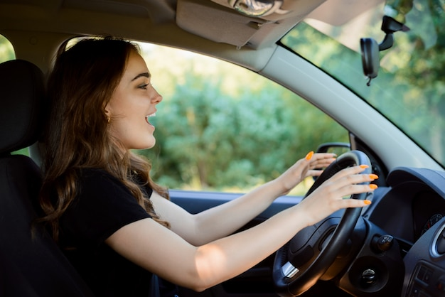 Fille criant pendant qu'elle conduit