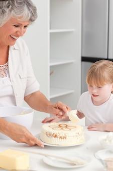 Fille de cuisson avec sa grand-mère à la maison