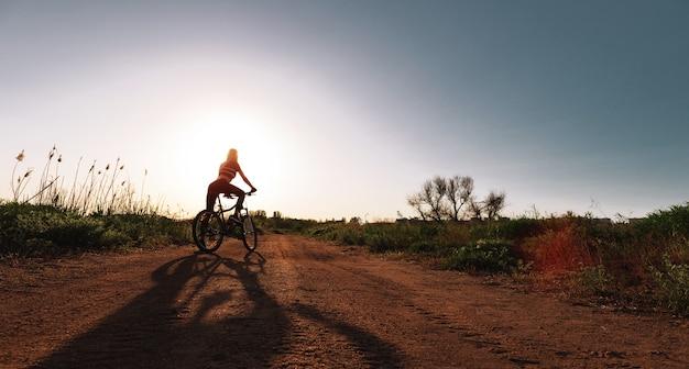 Fille cycliste dans la nature