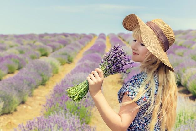 Fille dans un champ de fleurs de lavande.